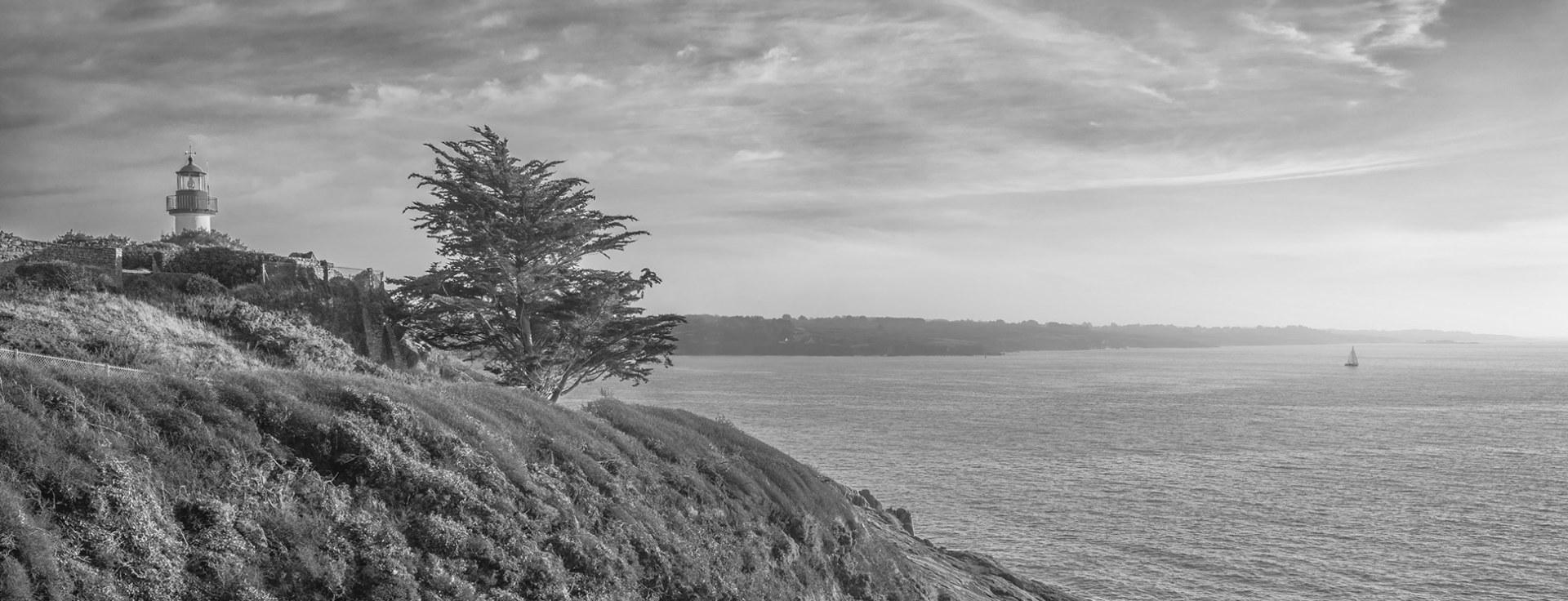 Bretagne le phare de Port Manech avec vue sur l´entrée du Belo